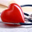 врач изучает электрокардиографию (ЭКГ) пациента для диагностирования инфаркта миокарда