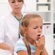 прослушивание легких ребенка врачом для диагностирования коклюша